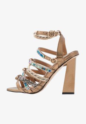 Sandały na obcasie - gold