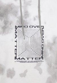 Revival Tee - MIND OVER MATTER TIE DYE HOODY UNISEX - Kapuzenpullover - white/grey - 2