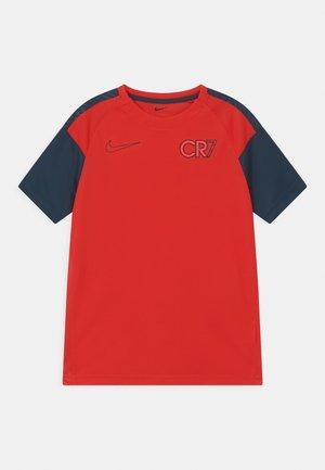CR7 UNISEX - Printtipaita - chile red/black