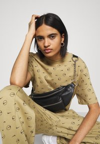 Nike Sportswear - W NSW PANT BB AOP PRNT PACK - Tracksuit bottoms - parachute beige - 3