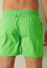 Intimissimi - BOXER BADEHOSE - Swimming shorts - verde fluo - 2