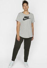 Nike Sportswear - FUTURA PLUS - Print T-shirt - dark grey heather/black - 1