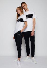 Calvin Klein - COLORBLOCK UNISEX - Printtipaita - bright white - 3