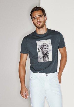 MIT FOTO VON STEVE MCQUEEN - T-shirt print - blue-black denim