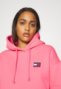 Tommy Jeans - BADGE HOODIE - Sweat à capuche - glamour pink - 3