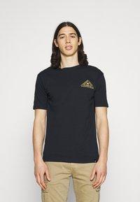 Newport Bay Sailing Club - PALM - Print T-shirt - navy - 0