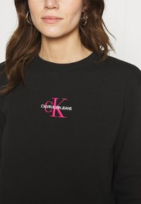 Calvin Klein Jeans - MONOGRAM LOGO CREW NECK - Mikina - black/party pink - 5