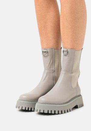 GROOV - Kotníkové boty na platformě - military grey