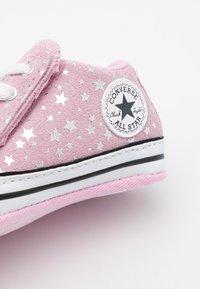 Converse - CHUCK TAYLOR ALL STAR CRIBSTER - Scarpe neonato - pink glaze/silver/white - 5