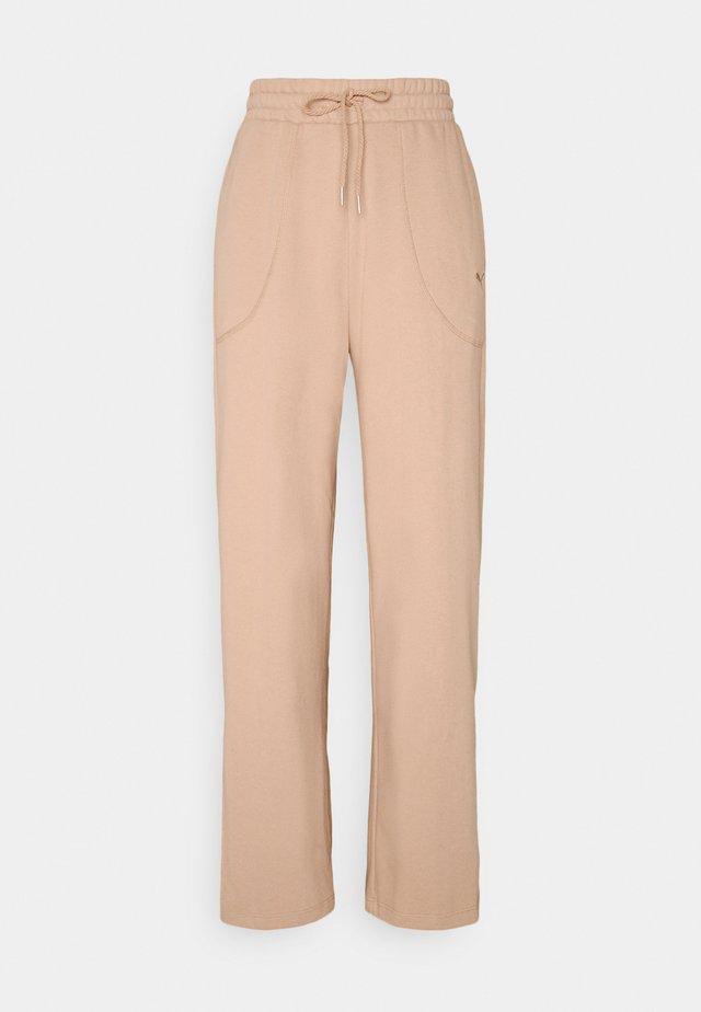 HER WIDE PANTS - Teplákové kalhoty - brush