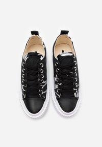 McQ Alexander McQueen - SWALLOW CUT UP - Sneakersy niskie - black/white - 3