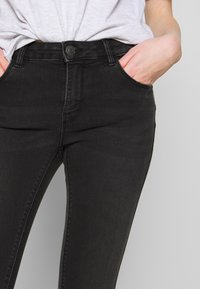 ONLY - ONLDAISY LIFE - Vaqueros pitillo - black denim - 3