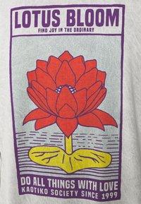 Kaotiko - WASHED LOTUS BLOOM  - T-shirt con stampa - acero - 2