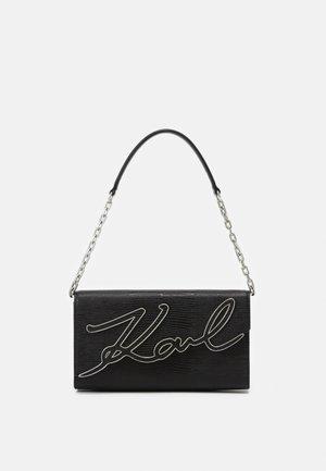 SIGNATURE BAGUETTE TEJUS - Handbag - black