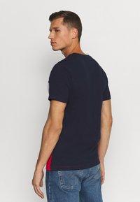 Lacoste - T-shirt imprimé - marine/rouge - 2