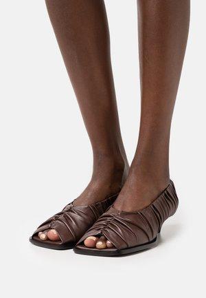 TERLA - Classic heels - chestnut