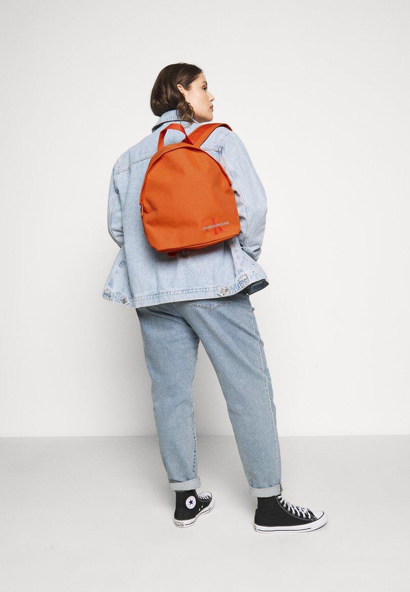 Calvin Klein Jeans - ROUNDED - Rucksack - orange