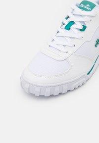 Ellesse - TANKER - Zapatillas - white/green - 5