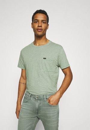 ULTIMATE POCKET TEE - Print T-shirt - fairway