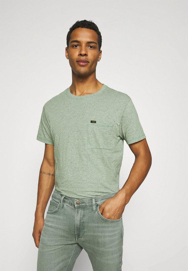 ULTIMATE POCKET TEE - T-shirt imprimé - fairway
