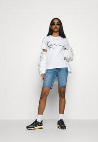 Karl Kani - SIGNATURE BASIC TEE - T-shirt con stampa - white/black - 1