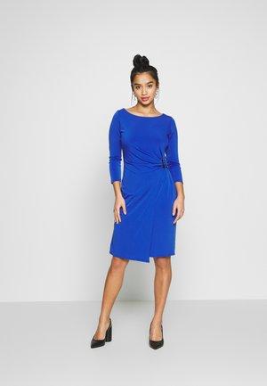 HARDWARE RUCHE SIDE DRESS COLBOLT - Sukienka etui - colbolt