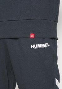 Hummel - LEGACY CHEVRON TAPERED PANT SUIT - Träningsset - blue nights - 6