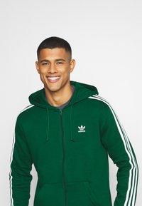 adidas Originals - STRIPES UNISEX - Mikina na zip - dark green - 3