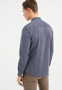 WE Fashion - MET SECRET FINISH - Camicia - all-over print - 2