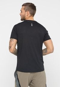 Under Armour - STREAKER SHORTSLEEVE - T-shirt med print - black - 2