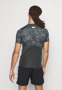 Under Armour - ARMOUR CAMO - Print T-shirt - baroque green - 2