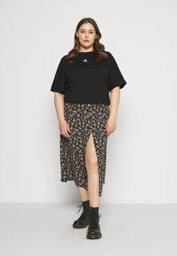Calvin Klein Jeans Plus - PLUS PUFF BACK LOGO TEE - Print T-shirt - black - 1