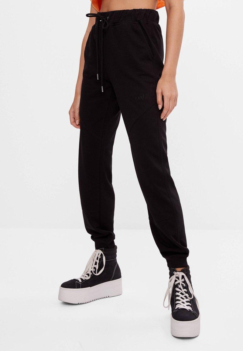 Bershka - Pantaloni sportivi - black