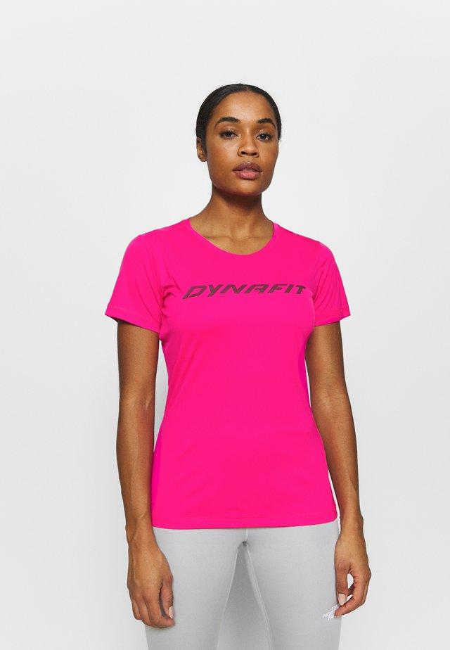 TRAVERSE TEE - T-shirt imprimé - pink glo