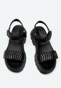 Uterqüe - MIT SOHLE IM SNEAKER-STIL - Platform sandals - black - 3