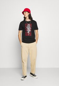 CLOSURE London - ROCK ROLL ROSE TEE - Print T-shirt - black - 1