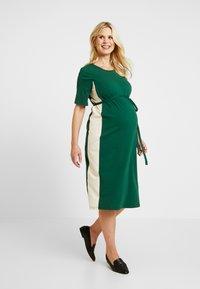 Glamorous Bloom - MIDI STRIPE DRESS WITH KNOT BELT - Jerseyjurk - dark green/contrast - 1