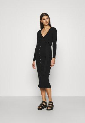 SKINNY FIT LONG SLEEVE MIDI DRESS WITH V-NECK AND WAIST - Gebreide jurk - black