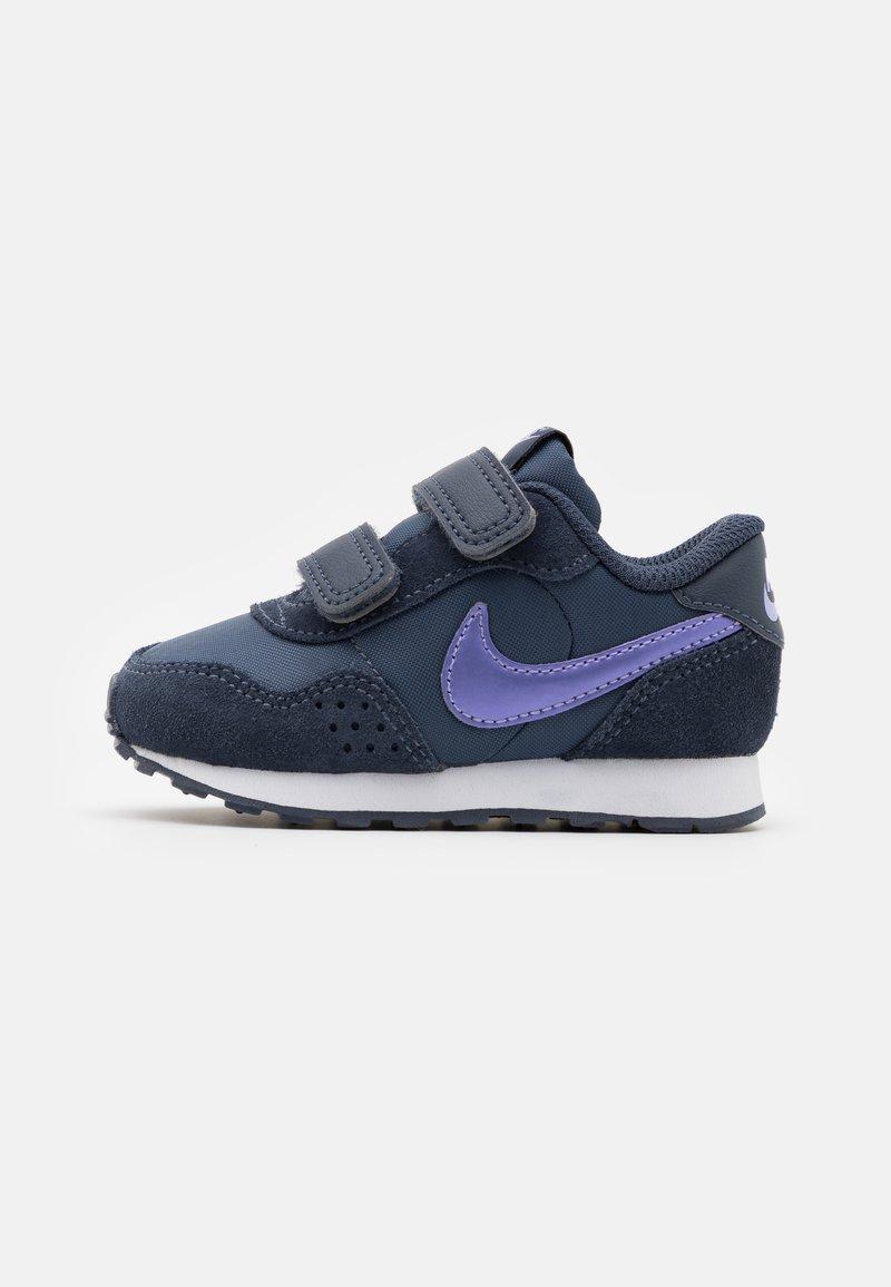 Nike Sportswear - MD VALIANT UNISEX - Sneakers laag - thunder blue/purple pulse/white