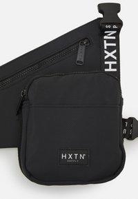 HXTN Supply - PRIME HOLSTER UNISEX - Taška spříčným popruhem - black - 4