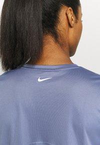 Nike Performance - MILER - T-shirt med print - world indigo/silver - 6