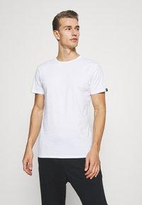 Puma - 4 PACK BASIC CREW TEE - Pyjama top - white - 1