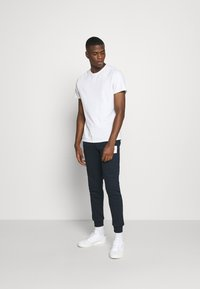 CLOSURE London - BOX LOGO JOGGER - Pantalon de survêtement - navy - 1