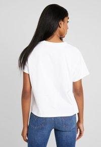 Levi's® - GRAPHIC VARSITY TEE - Print T-shirt - white - 2