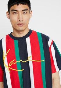 Karl Kani - SIGNATURE TEE - Camiseta estampada - navy/red/green/white - 3