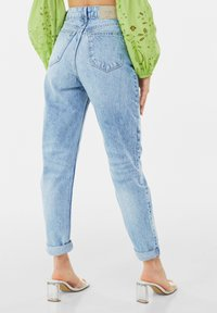 Bershka - MOM FIT JEANS - Jeans baggy - blue denim - 2