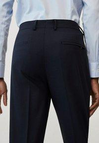 Mango - TRAVEL - Pantaloni eleganti - bleu marine - 4
