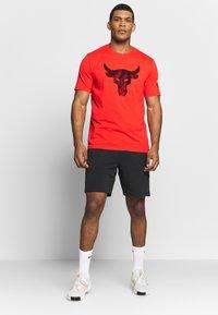Under Armour - PROJECT ROCK BRAHMA BULL  - Print T-shirt - versa red/black - 1