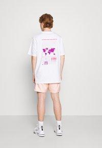 Nike Sportswear - FLOW - Shorts - arctic orange/white - 2