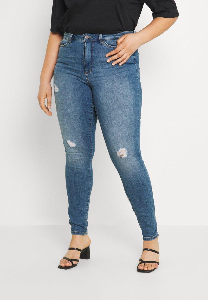 Vero Moda Curve - VMLORAMINA  - Jeans Skinny Fit - medium blue denim